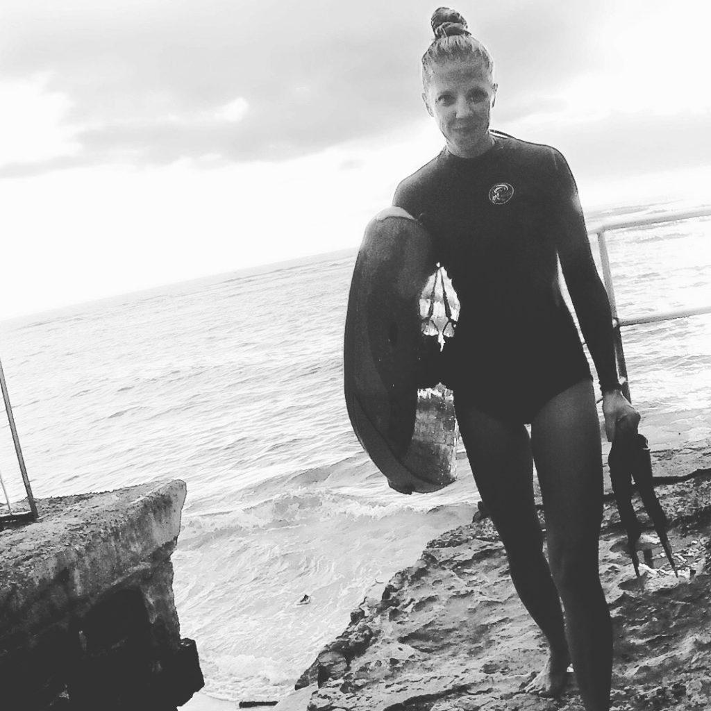 the-wow_fahrradbegeisterte-wahl-hawaiianerin_mela-beim-surfen